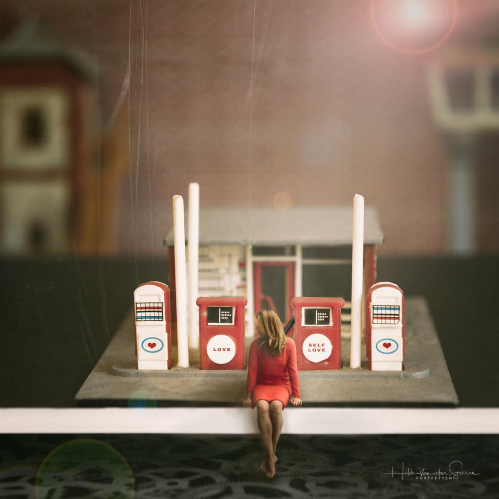 hilde van der sterren liefde tanken fine art conceptual photography benzine station rode jurk liefde tanken